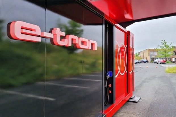 Audi do Česka přivezlo obří powerbanku pro elektromobily. Podívejte se, jak vypadá