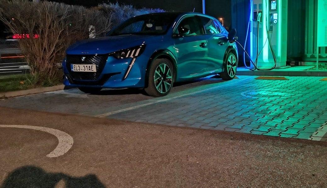 Otestovali jsme, jaká je reálná zimní spotřeba elektromobilu Peugeot e-208 GT