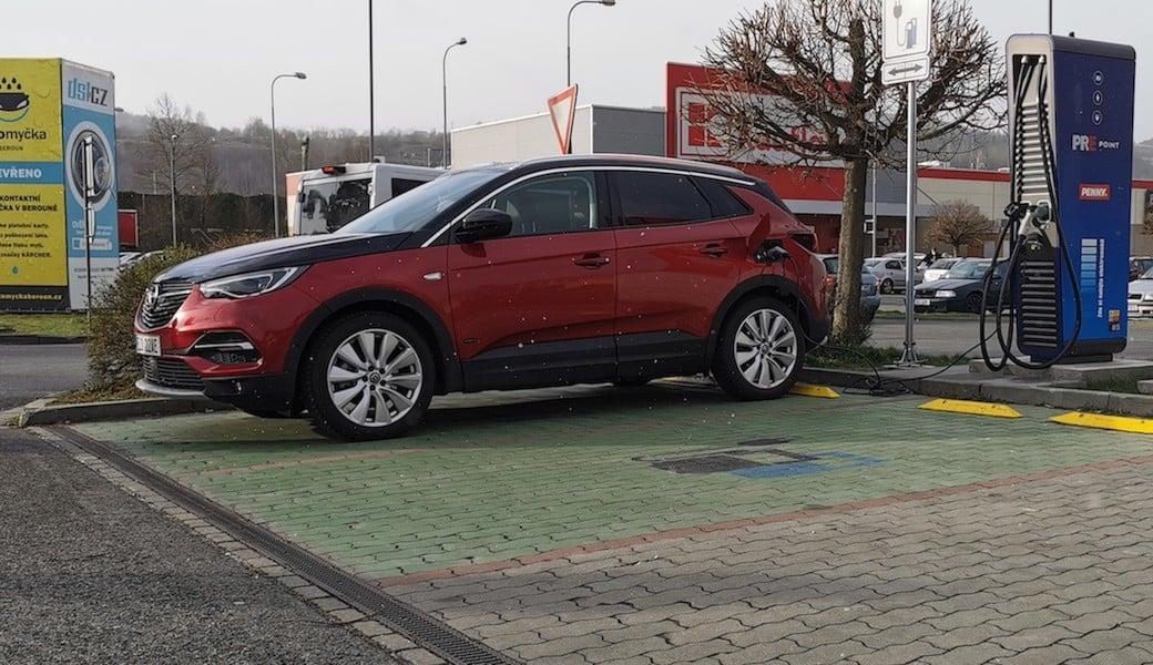 Reálná spotřeba benzínu a elektrický dojezd plug-in hybridu Opelu Grandland X Hybrid4