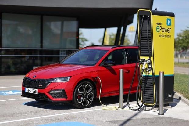 Za první polovinu roku v registracích jasně vedou plug-in hybridy před elektromobily
