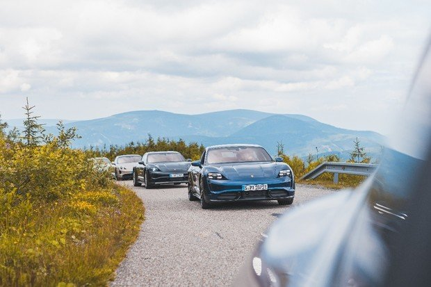 Při předváděcích jízdách jsme se svezli ve všech verzích Porsche Taycan