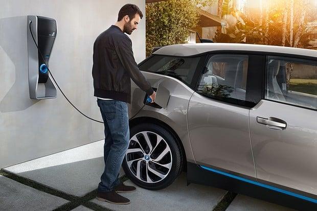Auta se stávají mobilními zásobníky energie. BMW předalo 50 testovacích vozů