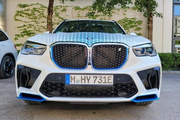 První kilometry v BMW iX5 Hydrogen. Mnichov na vodík nezanevřel