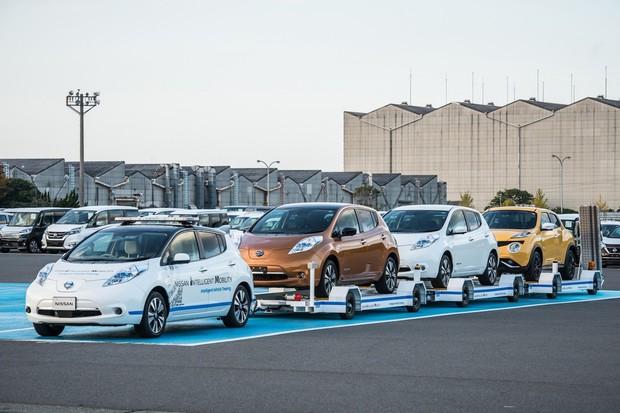 Nově vyrobená auta v továrně Nissan bude převážet autonomní Leaf