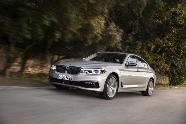 BMW 530e oficiálně s dojezdem 50 km na elektřinu