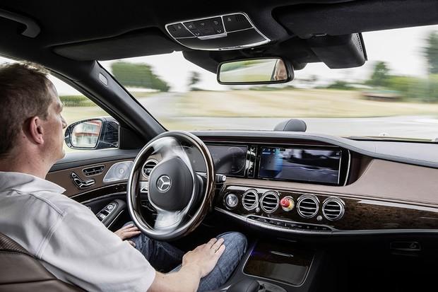 Autonomní vůz s třícípou hvězdou ve znaku míří do běžného provozu