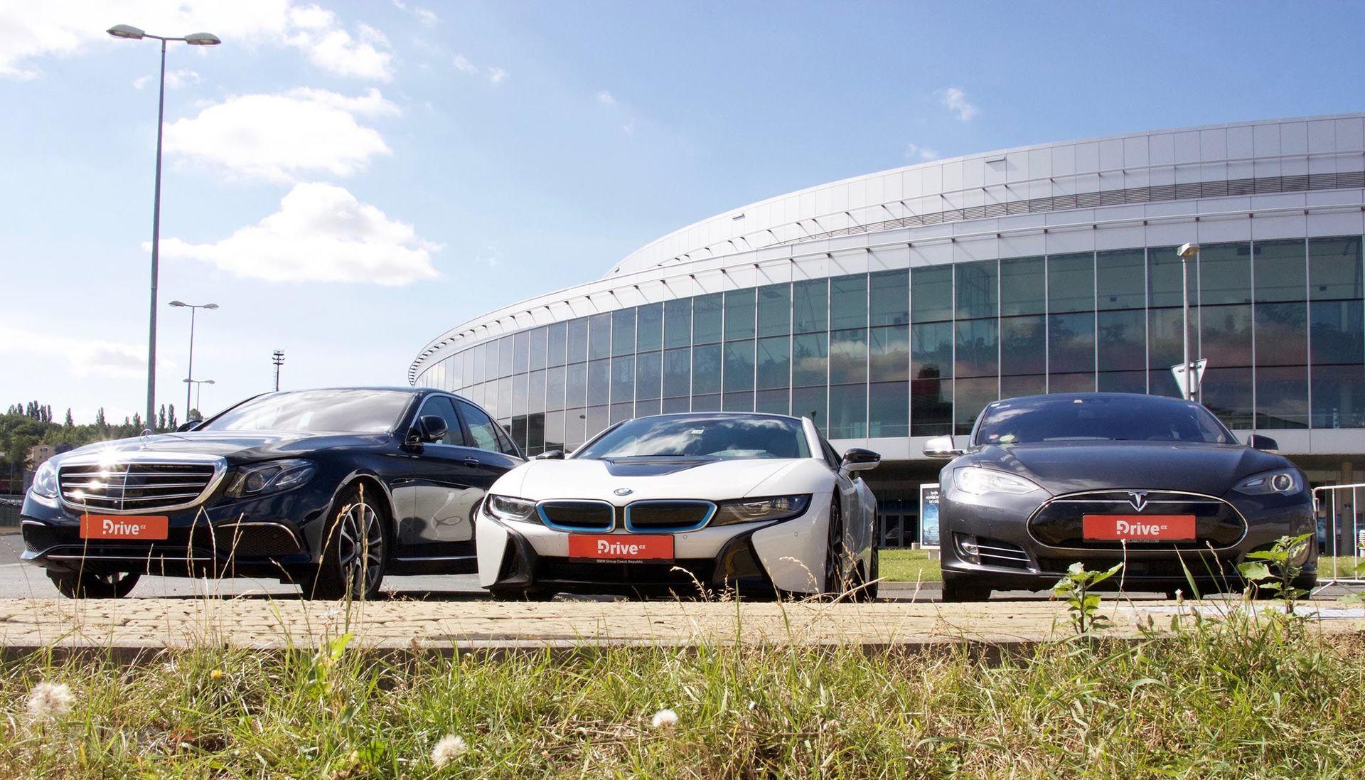 Mercedes E, BMW i8 a Tesla Model S