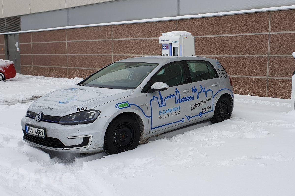 Redakční Volkswagen e-Golf od e-carsrent.cz v zimě na nabíjecí stanici