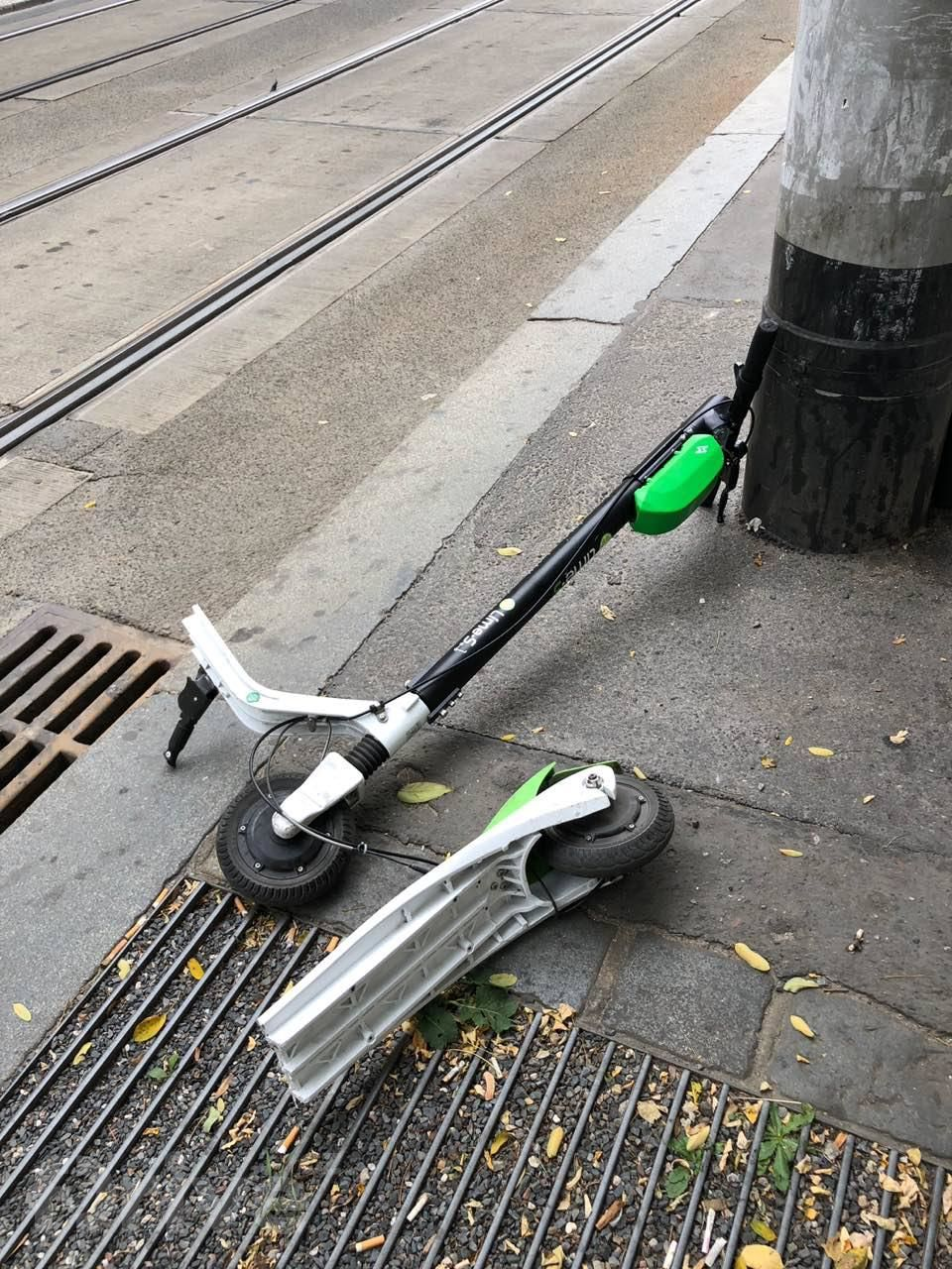 Rozbitá elektrokoloběžka Lime