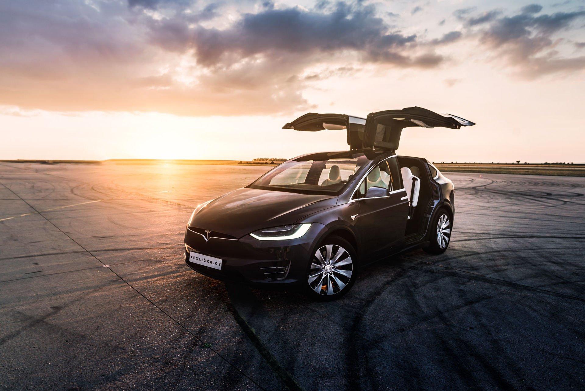 Tesla Model X - Falcon Wings