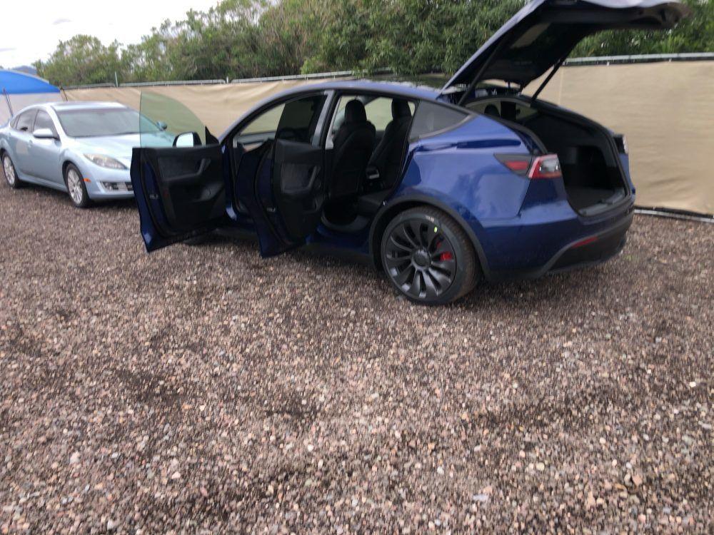 Tesla Model Y - otevřené dveře