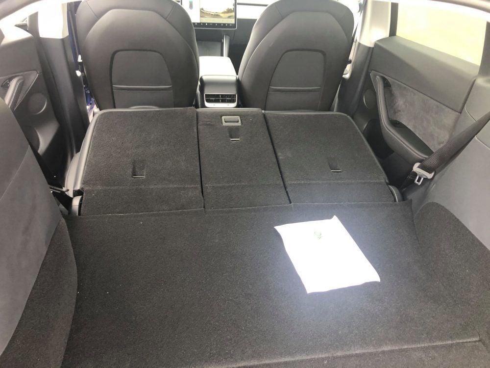 Tesla Model Y - sklopené sedačky