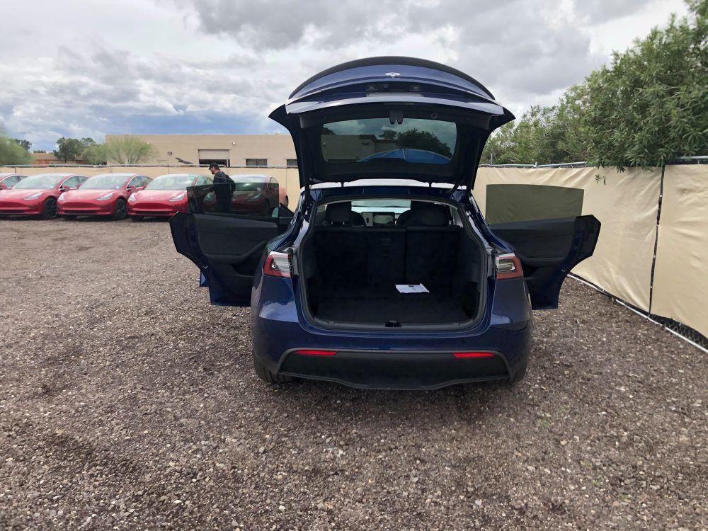 Tesla Model Y - vstup do kufru