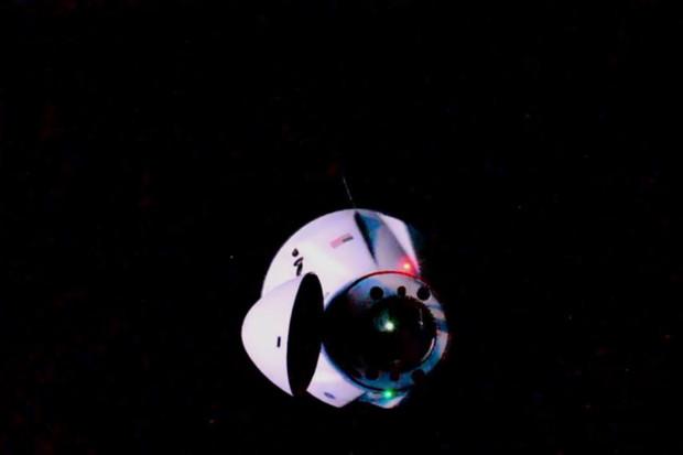 Zásobovací loď Dragon se autonomně připojila k ISS