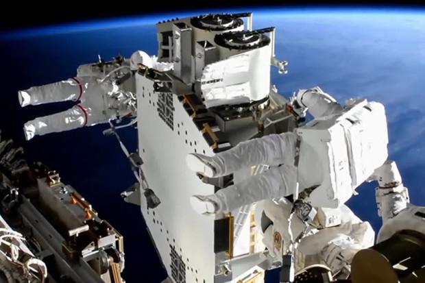 Instalace solárních panelů na Mezinárodní vesmírné stanici trvala přes 6 hodin