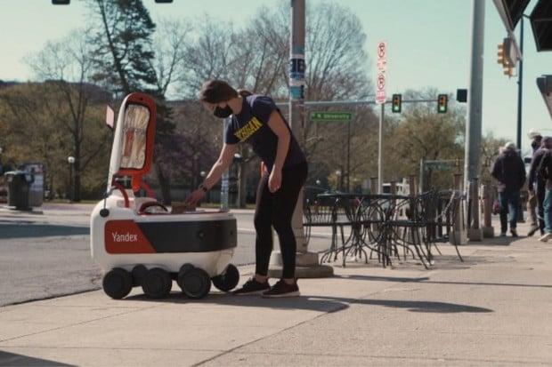 Americkým studentům doveze jídlo autonomní robotický rover