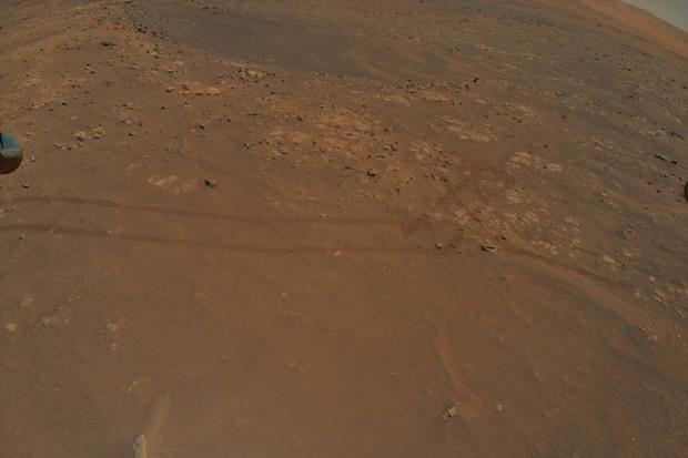 9. let vrtulníku Ingenuity poskytl roveru Perseverance údaje o marsovském terénu