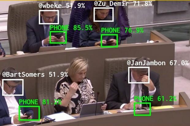 Umělá inteligence hlídá belgické politiky, jestli si nehrají s mobilem