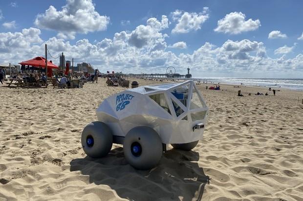 Robot vybavený umělou inteligencí od Microsoftu sbírá nedopalky na pláži