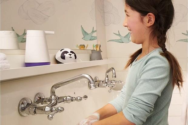 Nudíte se během mytí rukou? Chytrý dávkovač mýdla vám řekne vtip