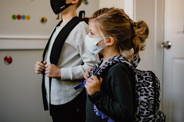 Britští odborníci nedoporučují zdravým dětem očkování proti COVID-19