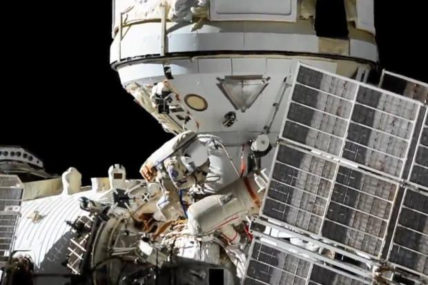 První vesmírná příprava modulu Nauka trvala astronautům přes 7 hodin