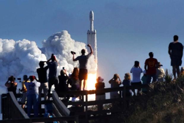 Lépe to skoro dopadnout nemohlo! Falcon Heavy ukázal SpaceX v tom nejlepším světle
