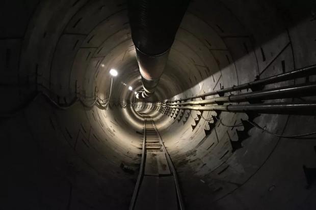 """""""Znepokojivě dlouhý"""". Elon Musk odhalil futuristický tunel v útrobách Los Angeles"""