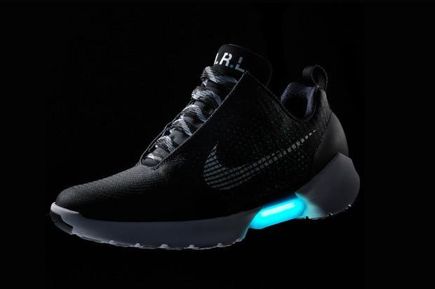 Nike zítra představí revoluční tenisky. Zavážeme si tkaničky mobilem?