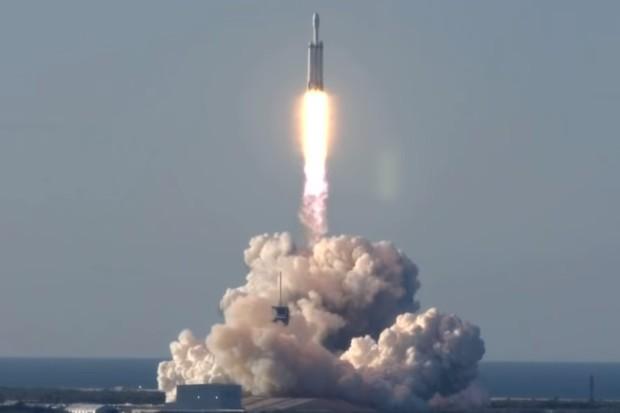Raketa Falcon Heavy možná přišla o jeden ze stupňů kvůli vlnám