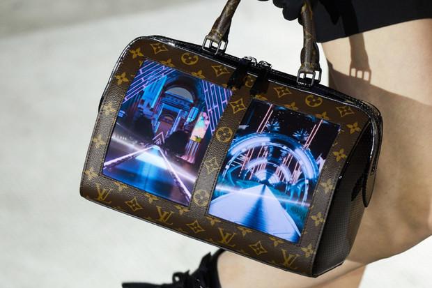 Originální, nebo šílené? Louis Vuitton představuje kabelku s ohebným displejem