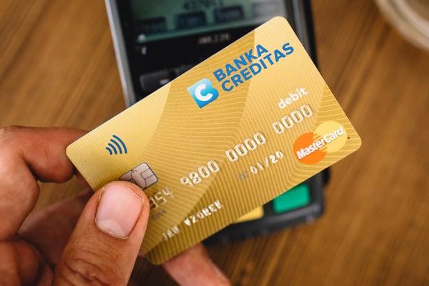 Velká Británie plošně zvedá limit pro bezkontaktní platby kartou