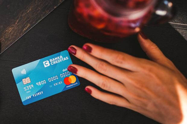 Nálezce kontaktoval majitele ztracené peněženky přes platební kartu