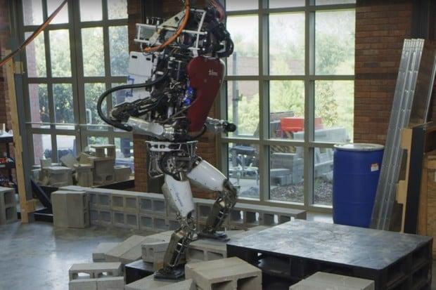 Podívejte se, jak snadno si robot-akrobat poradí s náročným terénem