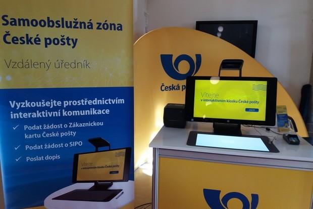 Česká pošta začne pracovnice na přepážce nahrazovat počítačem