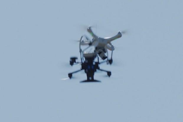 Podívejte se, jak si bojový dron poradí se svými létajícími nepřáteli