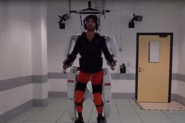 Myslí ovládaný exoskelet pomohl paralyzovanému muži znovu chodit