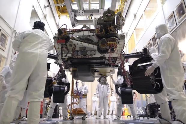 Mars 2020 rover se poprvé postavil na kola
