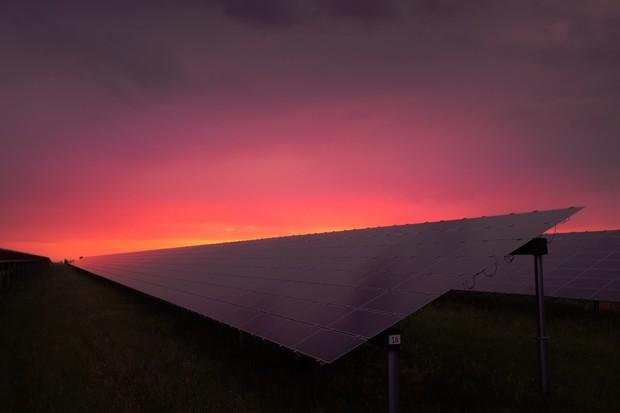 Mohou solární panely pracovat i v noci? Tito vědci říkají, že ano
