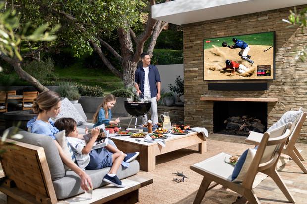 Sledujte televizi i na zahradě. Samsung Terrace odolá vodě i prachu
