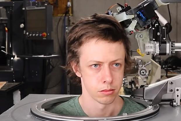 Sestrojili robota na stříhání vlasů. Podívejte se, jak mu to (ne)jde