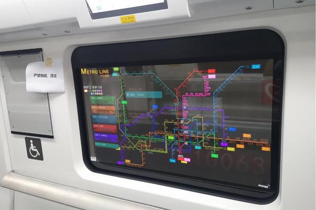 Průhledné obrazovky místo oken? Díky LG je najdeme v čínském metru