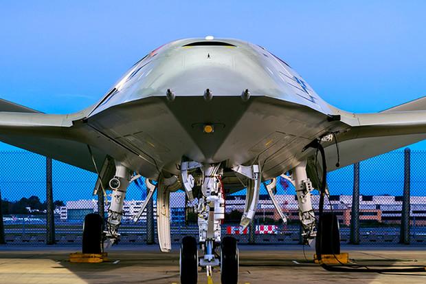 Boeing ukázal bezpilotní letoun. Ve vzduchu bude doplňovat palivo stíhačkám