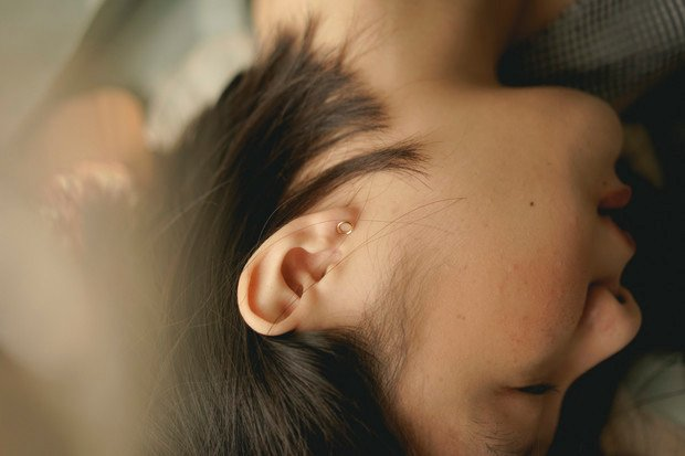 Tinnitus může patřit mezi další příznaky onemocnění COVID-19