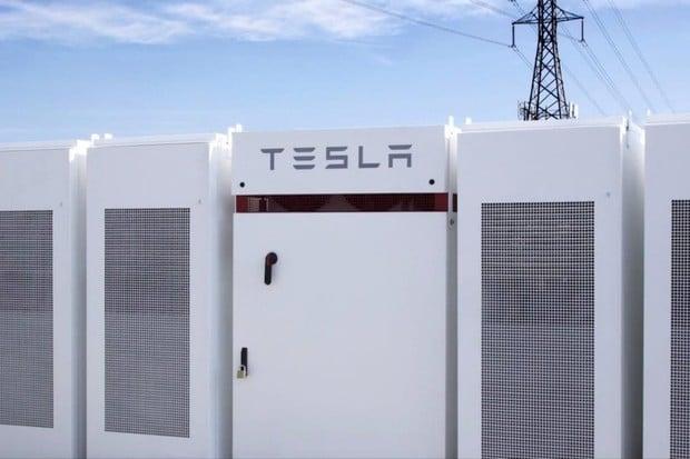 Ironie osudu: obří baterie od Tesly zachránila uhelnou elektrárnu