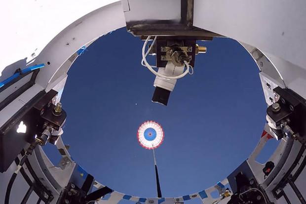 NASA a Boeing mají za sebou řadu padákových testů