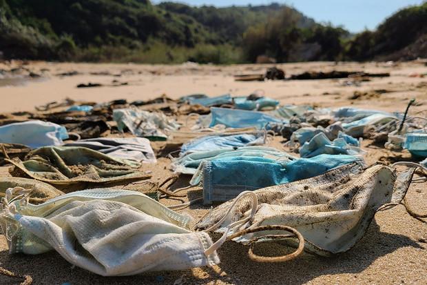 Za rok 2020 skončilo v oceánech více než 1,5 miliardy roušek