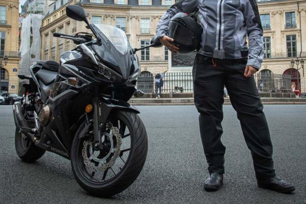 Nafukovací kalhoty s airbagem budou chránit motorkáře při nehodách