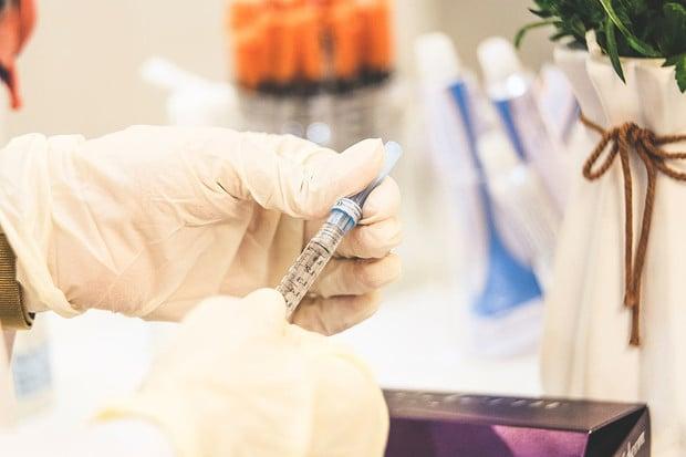 Ministerstvo zdravotnictví doporučilo pozastavit očkování proti COVID-19