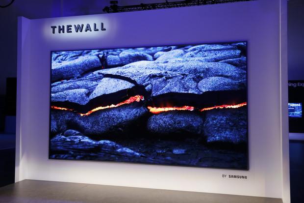 """Samsung představil """"The Wall"""", 146palcovou modulární televizi s Micro LED displejem"""